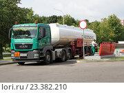 Купить «Бензовоз MAN сливает топливо на АЗС», фото № 23382210, снято 30 июля 2016 г. (c) Павел Кричевцов / Фотобанк Лори