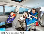 Купить «Симпатичные маленькие мальчики путешествуют на автомобиле в автокреслах», фото № 23383782, снято 1 мая 2016 г. (c) Сергей Новиков / Фотобанк Лори