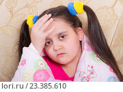 Купить «Заболевшая  девочка держит себя за голову и  укуталась в  розовое одеяло», фото № 23385610, снято 12 августа 2016 г. (c) Emelinna / Фотобанк Лори