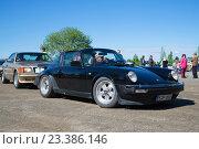 """Купить «Автомобиль """"Порше-911"""" в кузове типа тарга на выставке-параде ретроавтомобилей. Керимяки, Финляндия», фото № 23386146, снято 6 июня 2015 г. (c) Виктор Карасев / Фотобанк Лори"""