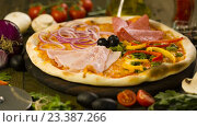 Купить «Вкусная пицца и ингредиенты на фоне», видеоролик № 23387266, снято 10 августа 2016 г. (c) Илья Шаматура / Фотобанк Лори
