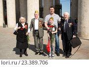 Купить «Ветеран Великой Отечественной войны с семьей. 9 мая 2016 года», эксклюзивное фото № 23389706, снято 9 мая 2016 г. (c) Михаил Ворожцов / Фотобанк Лори