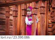 Хорошенькая улыбающаяся девочка играет на резном деревянном крыльце. Стоковое фото, фотограф Tanya Ischenko / Фотобанк Лори