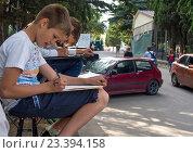 Купить «Дети рисуют на пленэре на улицах города», эксклюзивное фото № 23394158, снято 9 июня 2016 г. (c) Вячеслав Палес / Фотобанк Лори