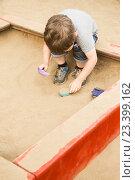 Купить «Малыш играет в песочнице», фото № 23399162, снято 25 мая 2018 г. (c) Светлана Кузнецова / Фотобанк Лори