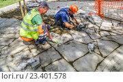 Замена дорожного покрытия на Чистопрудном бульваре в Москве (2016 год). Редакционное фото, фотограф Виктор Тараканов / Фотобанк Лори