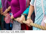 Купить «Люди держат канат колесницы с божествами: Баларама, Субхадра и Джаганнатх. Москва, парк «Сокольники». День Индии, 14 августа 2016», фото № 23406030, снято 14 августа 2016 г. (c) Galina Barbieri / Фотобанк Лори