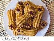 Печенье с джемом на белой тарелке. Стоковое фото, фотограф Алексей Большаков / Фотобанк Лори