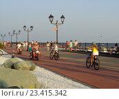 Купить «Велосипедная дорожка на набережной, люди катаются, вечерняя прогулка, курорт Имеретинский, Сочи», фото № 23415342, снято 4 августа 2016 г. (c) DiS / Фотобанк Лори