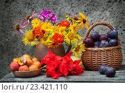 Купить «Яркие цветы и фрукты», фото № 23421110, снято 24 июля 2016 г. (c) Короленко Елена / Фотобанк Лори