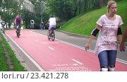 Купить «Велосипедная дорожка в Нескучном Саду активно используется не только велосипедистами», эксклюзивный видеоролик № 23421278, снято 13 июля 2020 г. (c) Виктор Тараканов / Фотобанк Лори