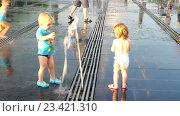 """Купить «Сухой фонтан в парке """"Музеон"""" на Крымской набережной», эксклюзивный видеоролик № 23421310, снято 13 июля 2020 г. (c) Виктор Тараканов / Фотобанк Лори"""