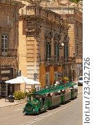 Купить «Экскурсионный паровозик в итальянском городе Модика», фото № 23422726, снято 7 июня 2016 г. (c) Хименков Николай / Фотобанк Лори