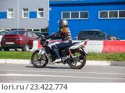 Купить «Мотоциклист в экипировке едет по дороге на мотоцикле», фото № 23422774, снято 19 августа 2016 г. (c) Кекяляйнен Андрей / Фотобанк Лори