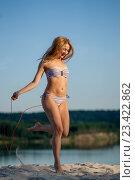Девушка прыгает со скакалкой на пляже. Стоковое фото, фотограф Никита Вишневецкий / Фотобанк Лори