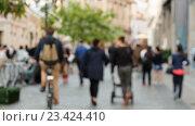 Купить «Люди, идущие по улице, не в фокусе», видеоролик № 23424410, снято 18 августа 2016 г. (c) Игорь Усачев / Фотобанк Лори