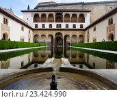 ourt of the Myrtles (Patio de los Arrayanes) in day time at Alhambra (2016 год). Редакционное фото, фотограф Яков Филимонов / Фотобанк Лори