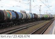 Товарный поезд с цистернами стоит на станции (2016 год). Редакционное фото, фотограф Маргарита Варенникова / Фотобанк Лори
