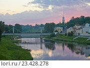 Купить «Торжок. Вид на пешеходный мост через реку Тверцу», эксклюзивное фото № 23428278, снято 1 июля 2016 г. (c) Литвяк Игорь / Фотобанк Лори