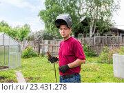 Купить «Сварщик в защитной маске готовится к работе», фото № 23431278, снято 1 июня 2015 г. (c) Евгений Ткачёв / Фотобанк Лори