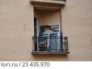 Купить «Старые оконные рамы на балконе жилого дома», фото № 23435970, снято 19 июля 2016 г. (c) Ирина Быстрова / Фотобанк Лори