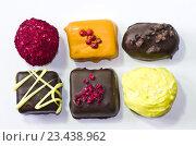 Шесть шоколадных конфет ручной работы на белом фоне. Стоковое фото, фотограф Светлана Пасечная / Фотобанк Лори