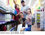 Купить «family with children buying shampoo in supermarket», фото № 23442122, снято 24 сентября 2018 г. (c) Яков Филимонов / Фотобанк Лори
