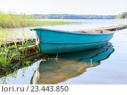 Fishing boat at the lake in the morning in summer sunny day, фото № 23443850, снято 13 июля 2016 г. (c) FotograFF / Фотобанк Лори
