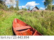 Old red wooden fishing boat at the lake in summer day, фото № 23443894, снято 13 августа 2016 г. (c) FotograFF / Фотобанк Лори