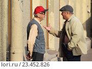 Купить «Санкт-Петербург, двое мужчин ведут активный и жестикулируют  разговор на Невском проспекте», эксклюзивное фото № 23452826, снято 21 августа 2016 г. (c) Дмитрий Неумоин / Фотобанк Лори