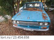 Купить «Старый синий Датсун Пикап 1300», фото № 23454658, снято 16 августа 2016 г. (c) EugeneSergeev / Фотобанк Лори