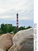 Купить «Осиновецкий маяк за гранитными валунами на берегу Ладожского озера», фото № 23459770, снято 13 июня 2016 г. (c) Максим Мицун / Фотобанк Лори