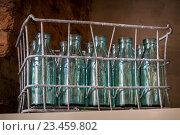 Металлический ящик для молочных бутылок. Стоковое фото, фотограф Константин Пекарь / Фотобанк Лори