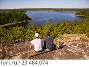 Два мужчины со спины смотрят на ладожские шхеры, фото № 23464074, снято 11 июля 2016 г. (c) Сергей Александров / Фотобанк Лори