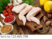 Купить «Куриные крылышки на деревянном столе», фото № 23465798, снято 4 сентября 2016 г. (c) Надежда Мишкова / Фотобанк Лори