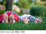 Стопы мужчины и мальчика на зеленой траве. Стоковое фото, фотограф Наталья Чумакова / Фотобанк Лори