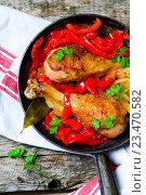 Купить «Голень куриная с перцем на сковороде», фото № 23470582, снято 29 августа 2016 г. (c) Зоряна Ивченко / Фотобанк Лори