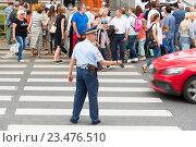 Купить «Сотрудник ДПС регулирует движение», эксклюзивное фото № 23476510, снято 31 июля 2016 г. (c) Александр Щепин / Фотобанк Лори
