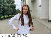 Молодая девушка на улице держит кончик своих волос. Стоковое фото, фотограф Юрий Шурчков / Фотобанк Лори