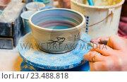 Купить «Hand of artist drawing on earthenware bowl», видеоролик № 23488818, снято 5 апреля 2020 г. (c) Wavebreak Media / Фотобанк Лори