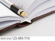 Купить «Перьевая ручка на раскрытом ежедневнике», фото № 23489710, снято 6 сентября 2016 г. (c) Александр Якимов / Фотобанк Лори