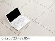 Белый ноутбук стоит на кафельном полу. Стоковое фото, фотограф ouh_desire / Фотобанк Лори