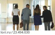 Купить «Четверо деловых людей общаются и идут в офисе», видеоролик № 23494030, снято 1 сентября 2016 г. (c) Виктор Аллин / Фотобанк Лори