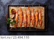 Купить «Крупные креветки на шпажках для гриля», фото № 23494110, снято 8 августа 2016 г. (c) Лисовская Наталья / Фотобанк Лори
