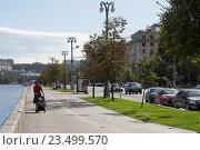 Купить «Москва. Фрунзенская набережная. Мама с коляской», фото № 23499570, снято 8 сентября 2016 г. (c) Андрей Багаев / Фотобанк Лори
