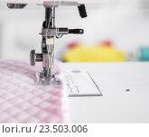 Лапка швейной машины с двумя иглами. Стоковое фото, фотограф Ольга Бавыкина / Фотобанк Лори