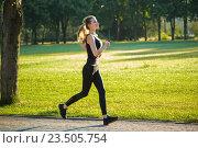 Красивая женщина на пробежке в парке. Стоковое фото, фотограф Анатолий Типляшин / Фотобанк Лори