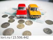 Игрушечные машинки на фоне российских денег (2016 год). Редакционное фото, фотограф Татьяна Руденко / Фотобанк Лори