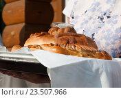 Купить «Каравай в руках женщины. Встреча хлебом и солью», эксклюзивное фото № 23507966, снято 16 июля 2016 г. (c) Игорь Низов / Фотобанк Лори