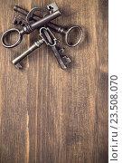 Купить «Старые ключи на деревянном столе», фото № 23508070, снято 6 октября 2015 г. (c) Андрей Маслаков / Фотобанк Лори